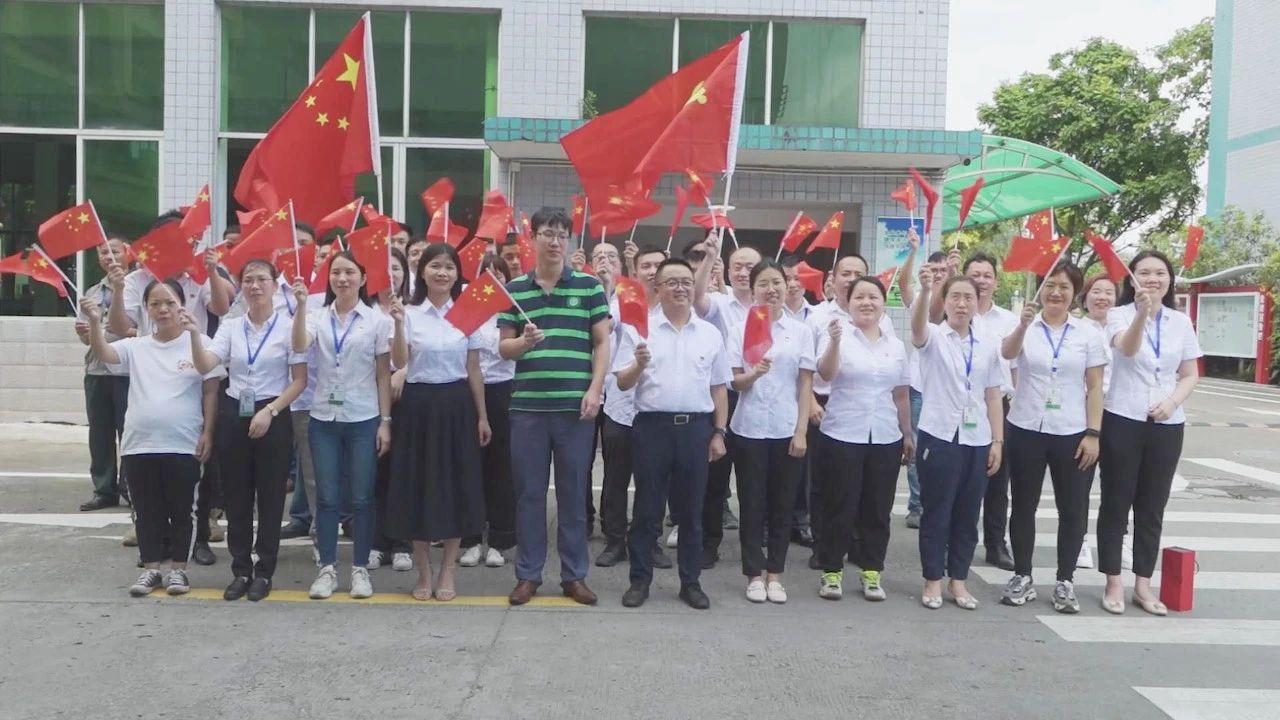 09-聚石党支部全体党员齐唱《没有共产党就没有新中国》合影02